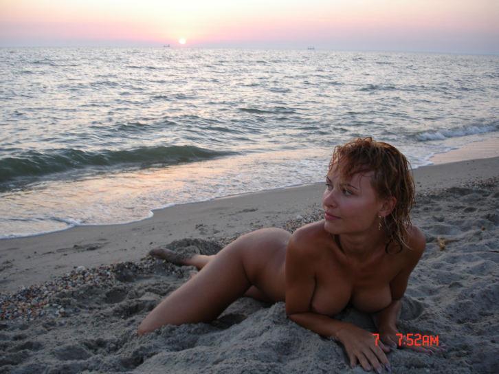 Молодая рыжая девка разделась - секс порно фото