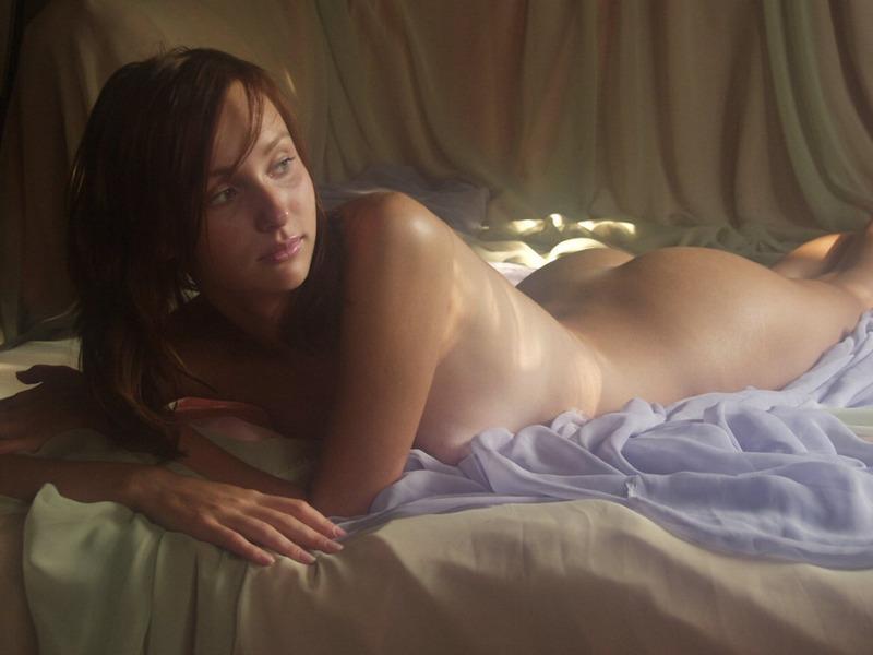 Молодая рыжая девка позирует голой - секс порно фото