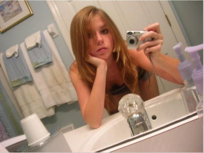 Девушки делают снимки самих себя перед зеркалом - секс порно фото