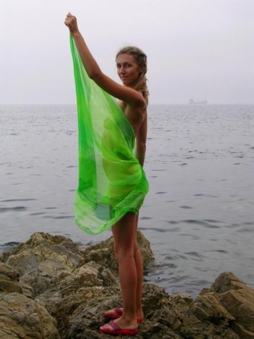 Блонда показывает себя голой у моря - секс порно фото