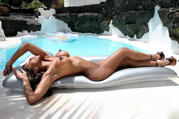 Молодая мулатка позирует у бассейна - секс порно фото