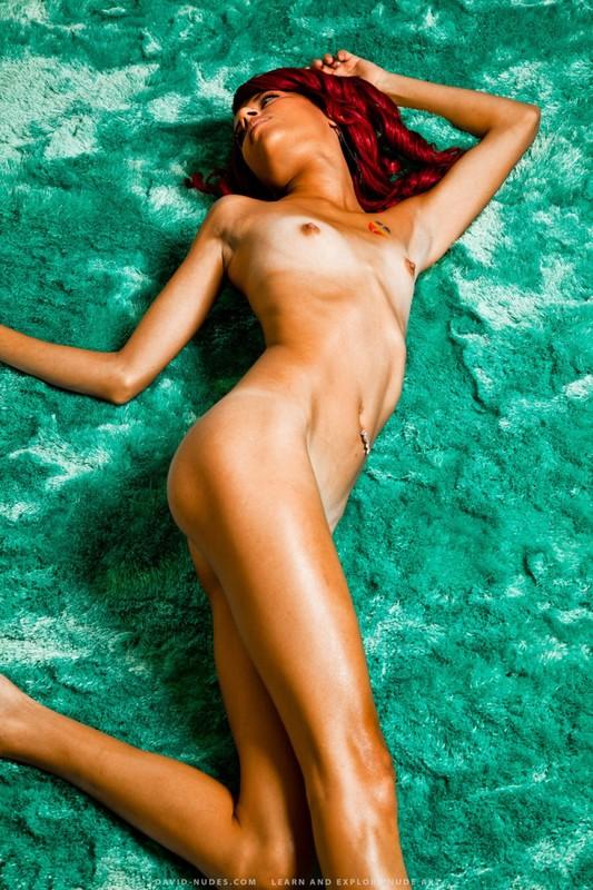 Худая рыжая мулатка позирует - секс порно фото