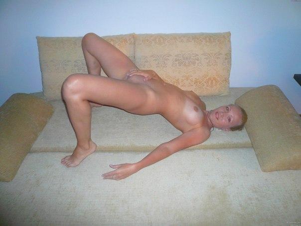 Сексуальная мамка в чулках показала вагину - секс порно фото