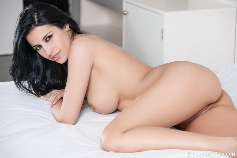 Голая брюнетка позирует - секс порно фото