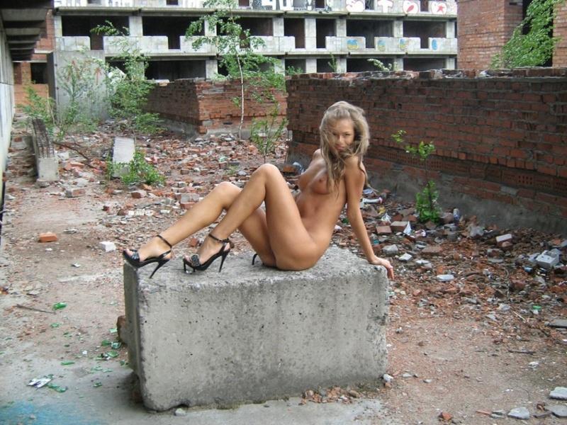 Игривая девушка разделась на стройке - секс порно фото