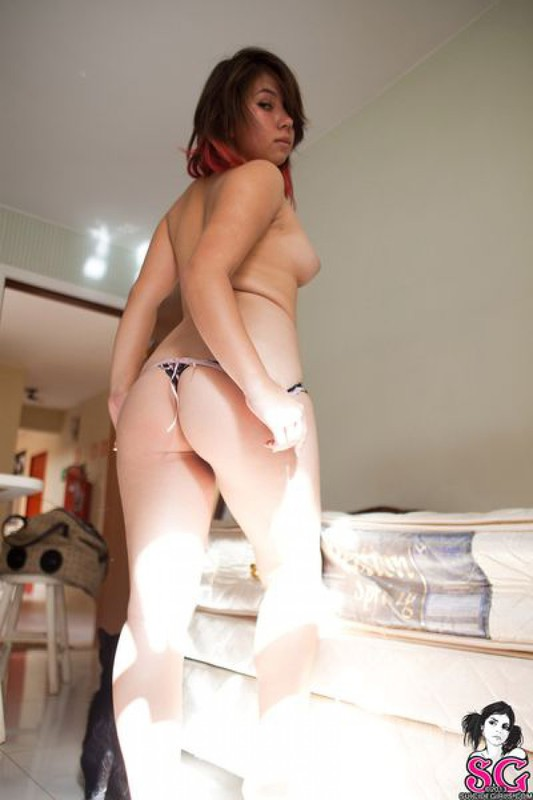 Нежная азиатка не хочет снимать трусишки - секс порно фото
