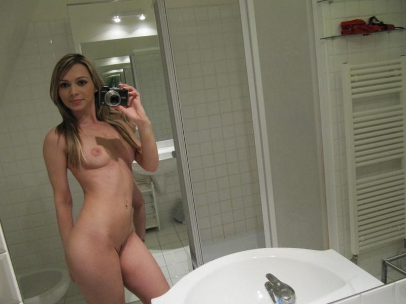 Девушка устраивает себе шоу перед зеркалом - секс порно фото