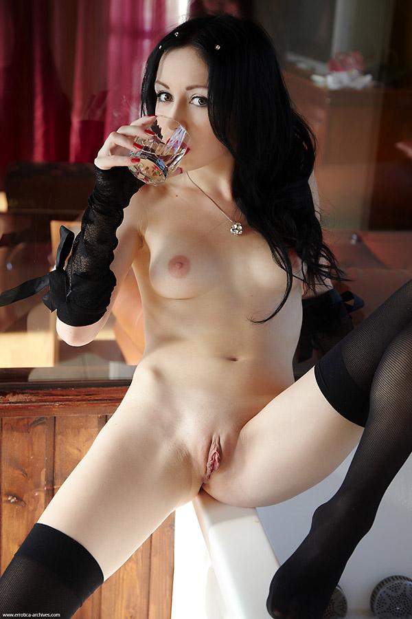 Ласковая девушка двигает ножками и возбуждается сама - секс порно фото