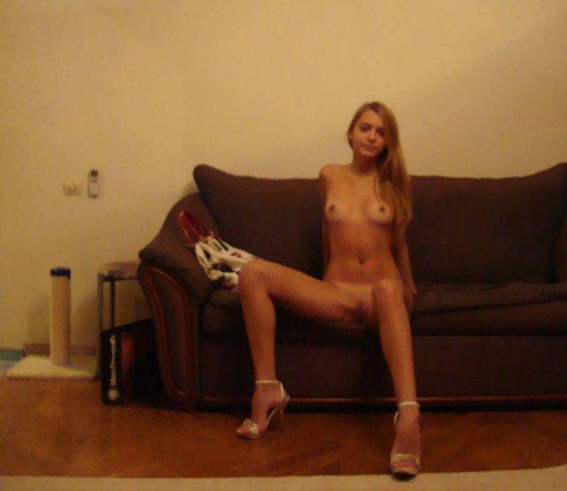 Девушка скучает в одиночестве каждый день - секс порно фото