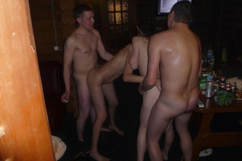 ребят и девушки в темном помещении - секс порно фото