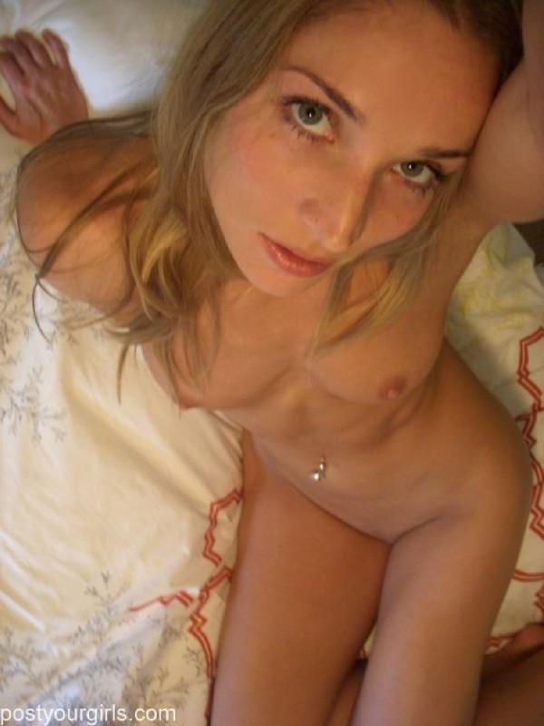 Девица мастурбирует киску и держит камеру в руках - секс порно фото