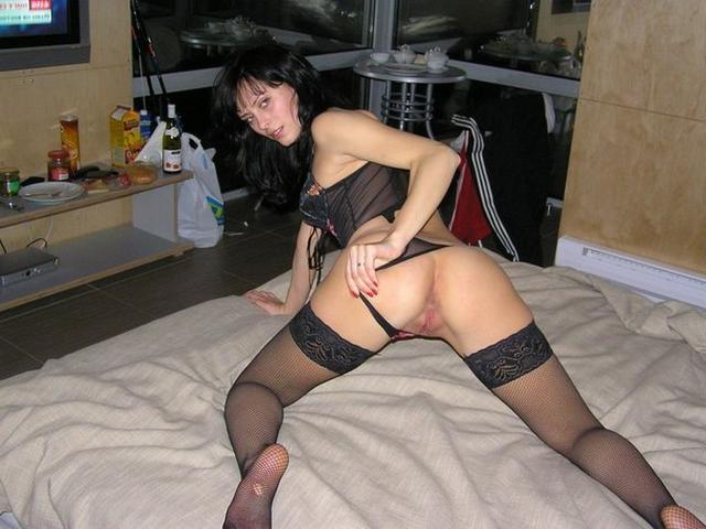 Шальная брюнетка позирует дома и  - секс порно фото