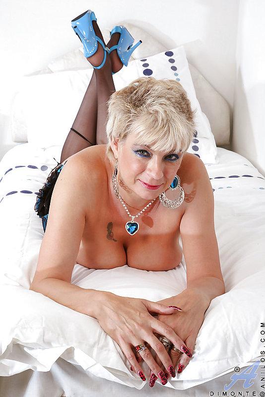 Страстная женщина в чулках и голубых туфлях дрочит дырку - секс порно фото
