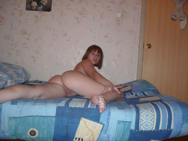 Кокетливая сучка шалит перед веб камерой - секс порно фото